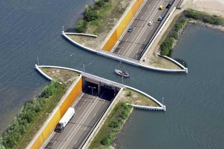 В Голландии построили водный мост, который ломает все законы физики. Посмотрите на это чудо сами…