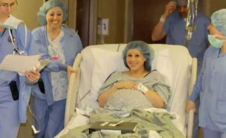 Она родила близнецов и решила сделать подарок бесплодной подруге! Судьба вознаградила её по королевски!