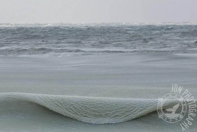 Фотограф сделал фантастические снимки замерзших волн...
