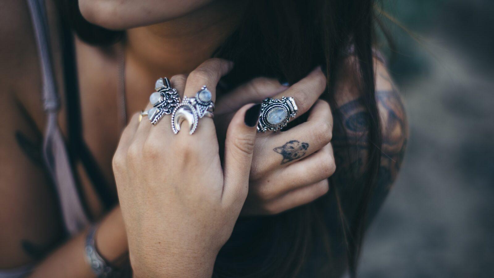 На какой палец надевается кольцо? Насколько это важно?