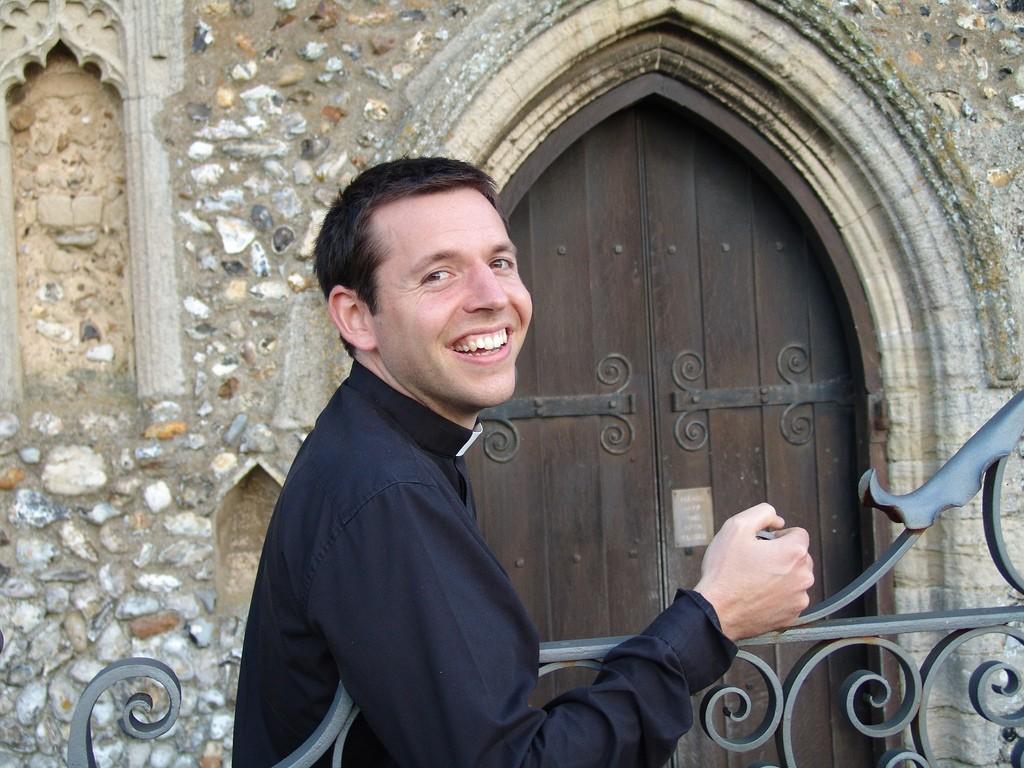 Как священник помог даме на таможне