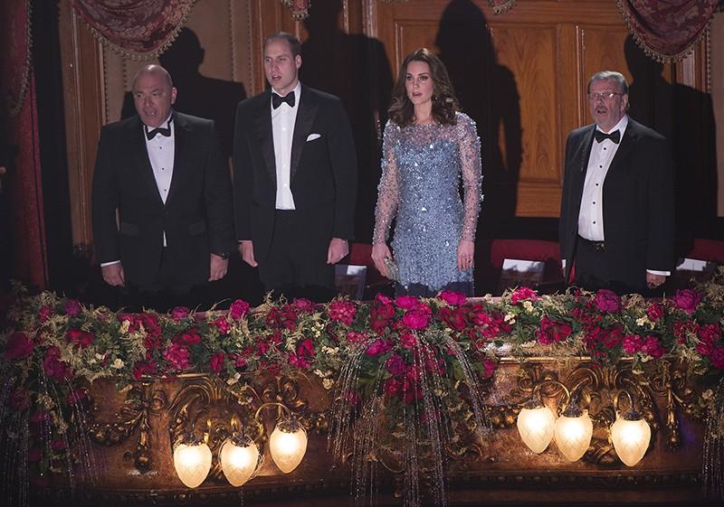Новый стильный образ Кейт Миддлтон на Королевском варьете - дымчатый голубой и роскошный блеск пайеток