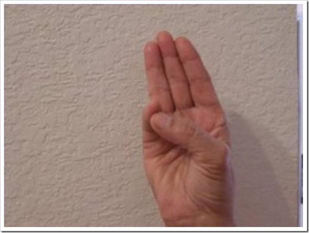 Подержите руку в этой позиции и Вы не поверите, что последует за этим! Это работает