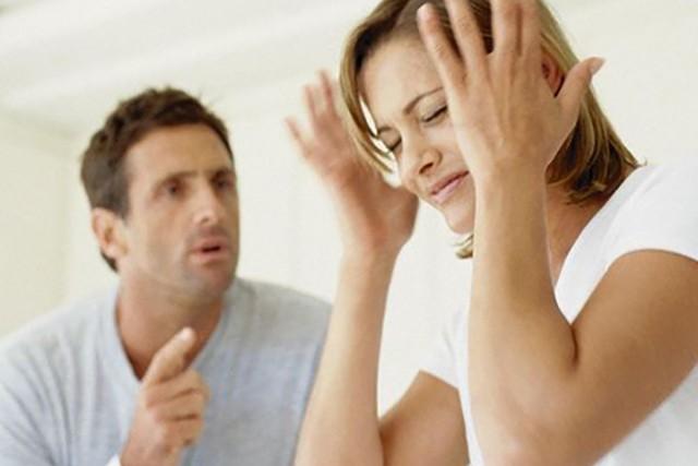 Муж устроил жене истерику с диким приступом ревности, но