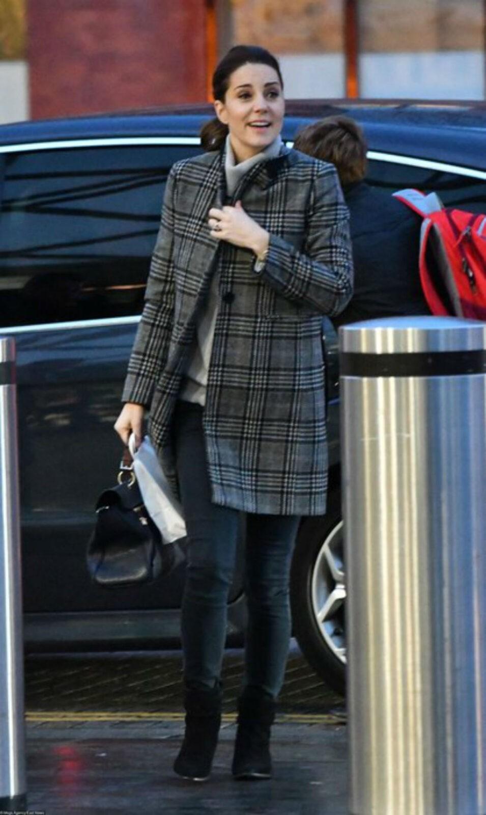 Кейт Миддлтон без укладки на улицах Лондона и в пальто Zara