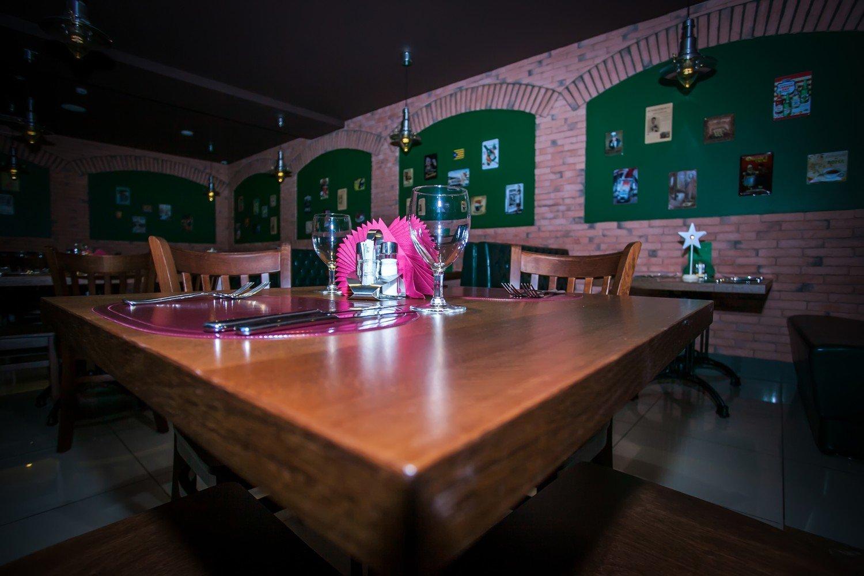 За какой столик Вы не хотели бы сесть? Просто невероятно!