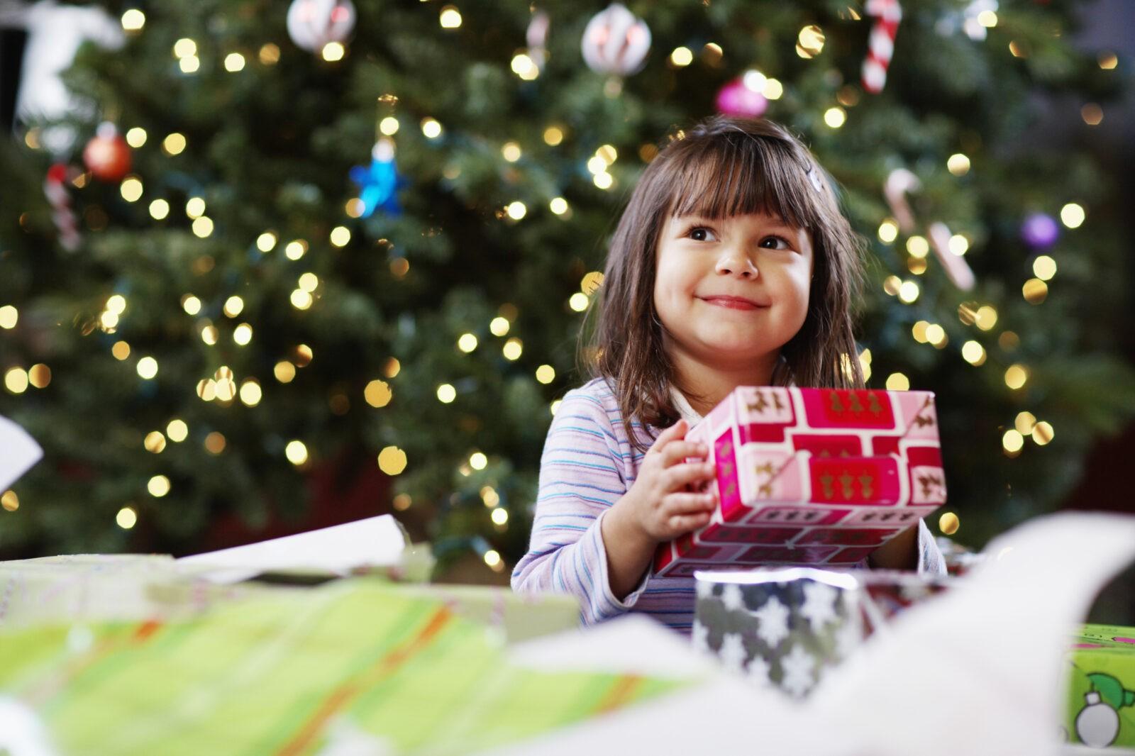 Смотрите, сколько подарков под ёлкой! Выберите один и узнайте, что Вас ждет