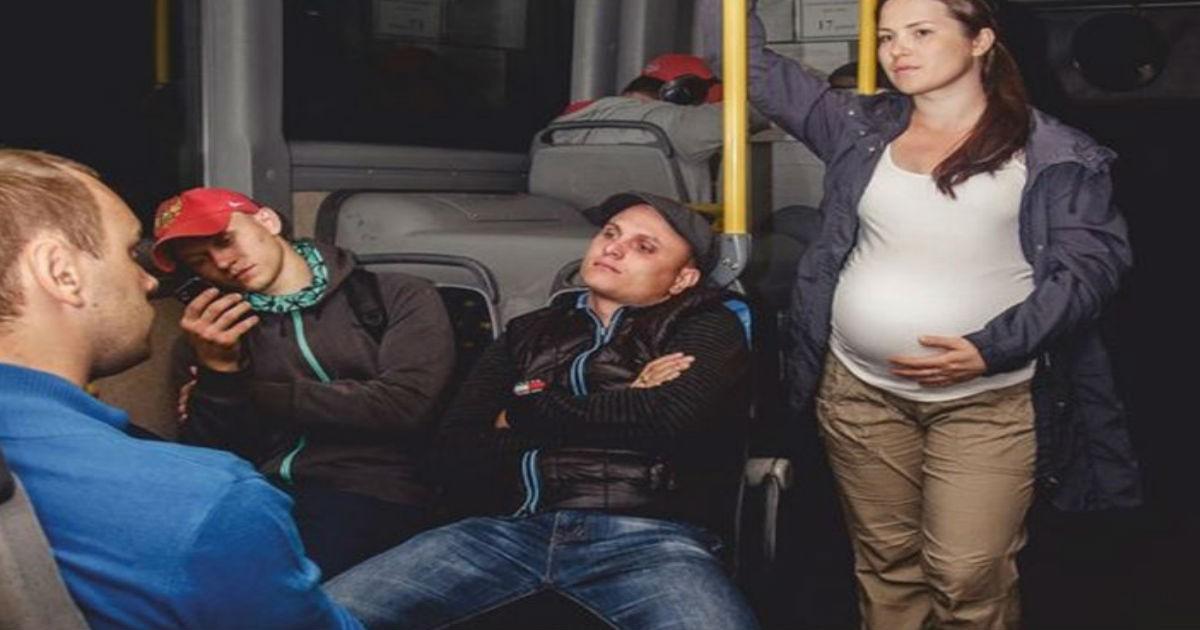 Всех пассажиров до настоящей истерики довела реакция парня на беременную девушку