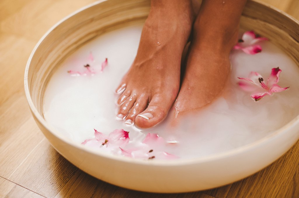 В соли ноги подержать чтобы грибок убить