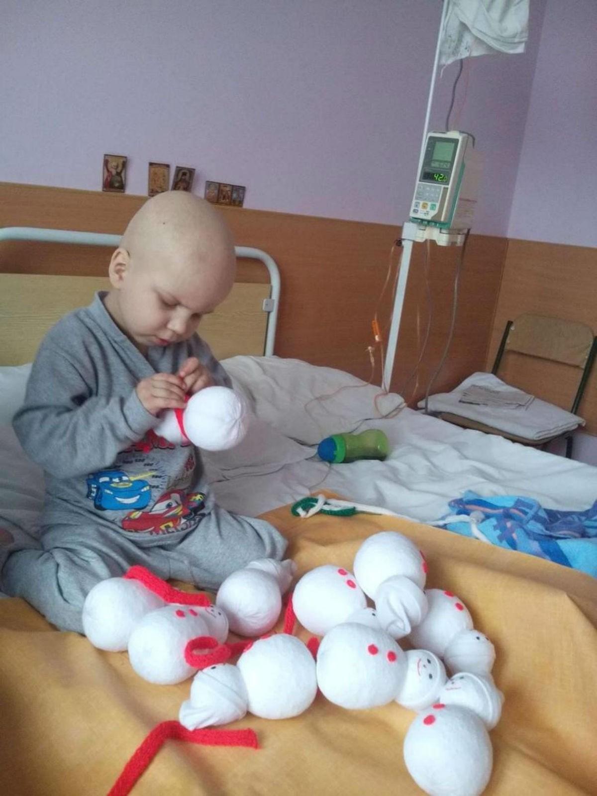 Чтобы заработать на лечение лейкоза, четырехлетний мальчик шил игрушечных снеговиков в больнице. Заказы поступали со всего мира