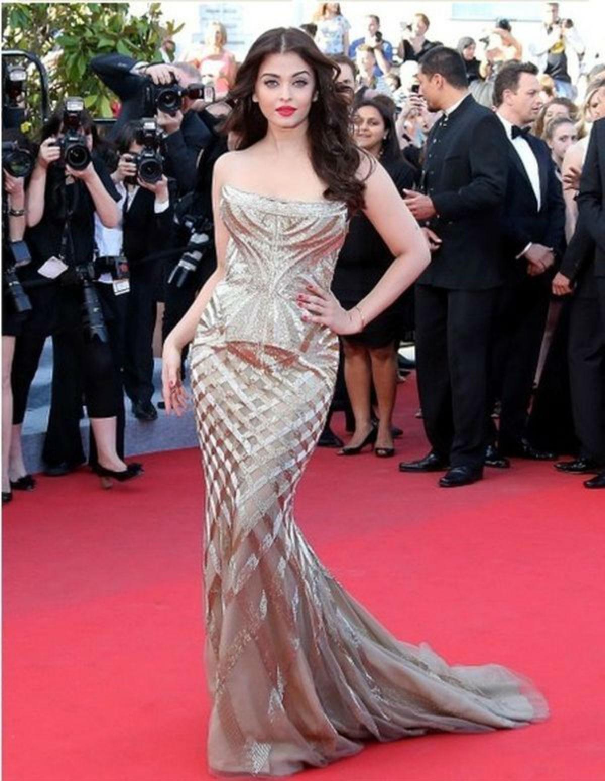 Одна из самых красивых женщин мира в изумительном платье! Завораживающее зрелище