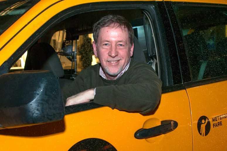 Не дождавшись пассажира, таксист позвонил в дверь. То, что случилось потом, изменило его жизнь навсегда