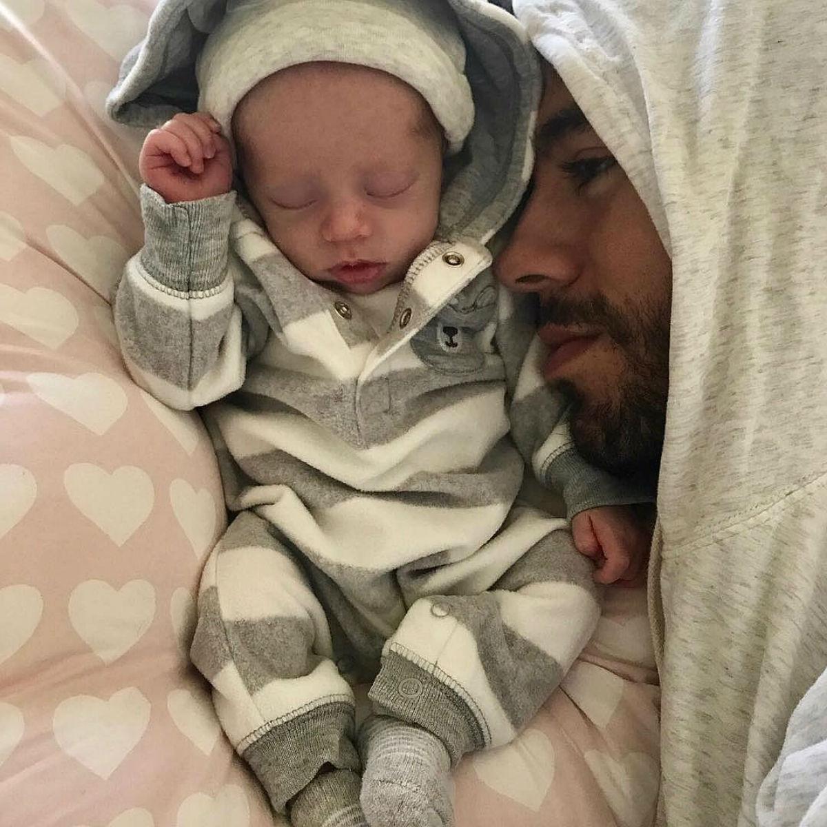 Счастливые Энрике Иглесиас и Анна Курникова впервые показали своих новорожденных детей