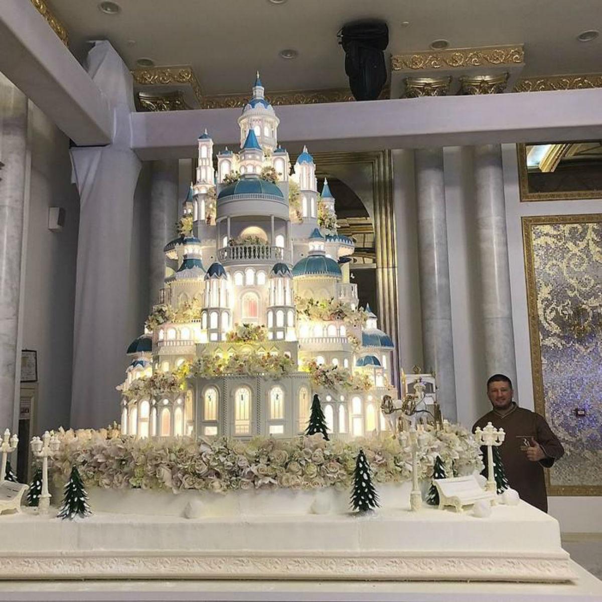 Невероятный свадебный торт за 179000 долларов вынесли гостям на свадьбе в Казахстане