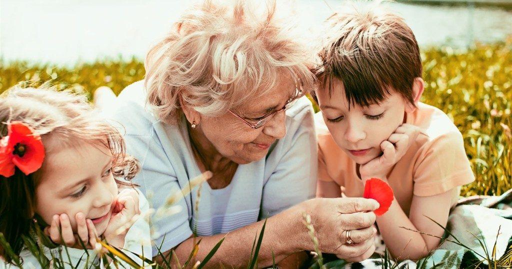 Наглая бабушка просит денег за сидение с внуками