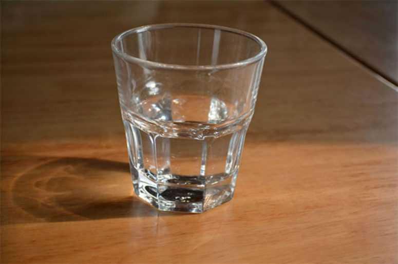 Ставьте стакан воды у кровати на ночь: результат вас очень удивит