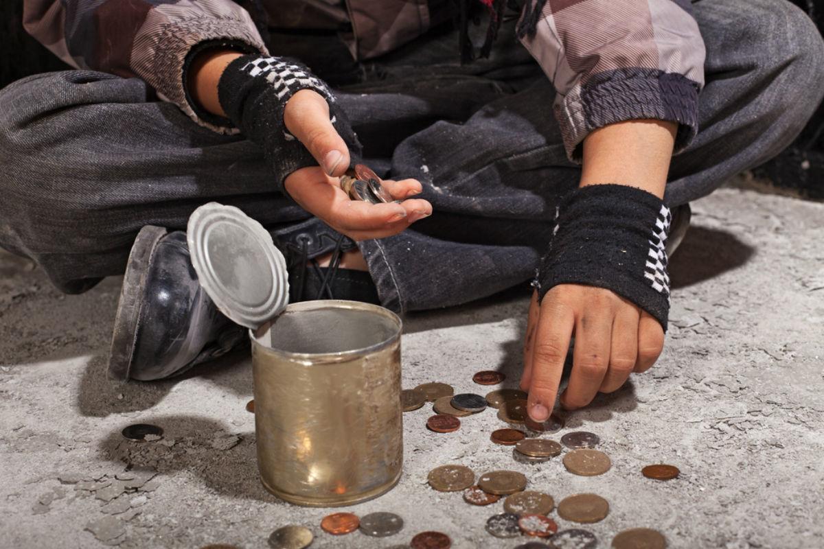 Парень добавил пару слов на плакат нищего и его миска наполнилась деньгами