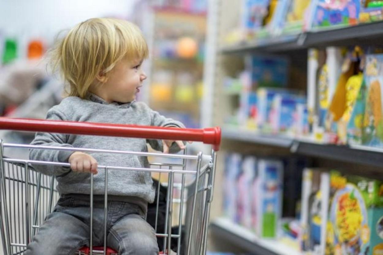 Ребенок истерит в магазине. Как вести себя родителю?