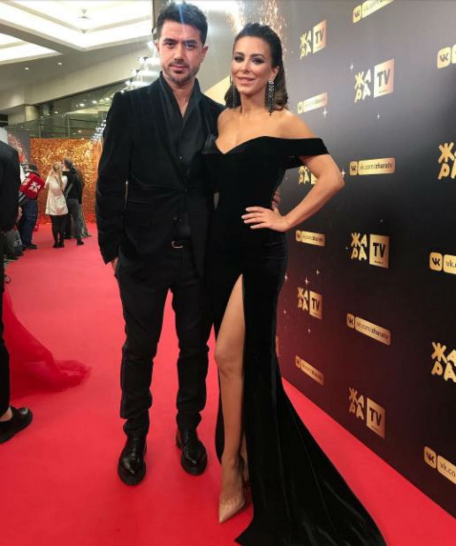 Ани Лорак в прекрасном черном платье затмила на красной дорожке собственного красавца мужа