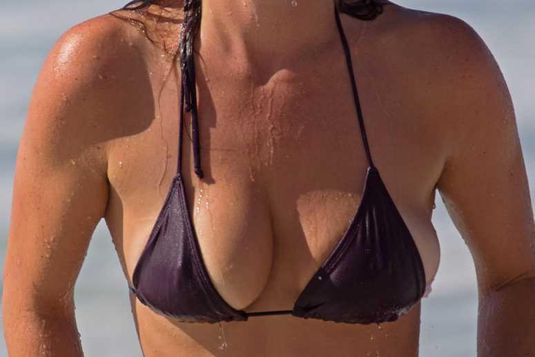 У девушки выскочила грудь, Случайно Выпала Грудь Подборка прикол 28 фотография