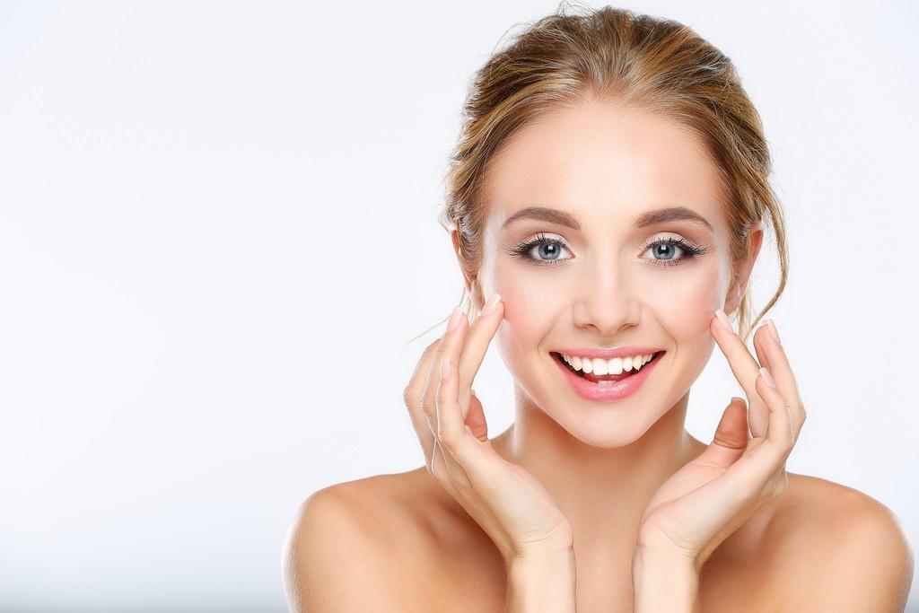 Большинство женщин вводят в свою жизнь особый уход за кожей лица после 25 лет, так как данный возрастной порог является началом появления первых признаков старения.