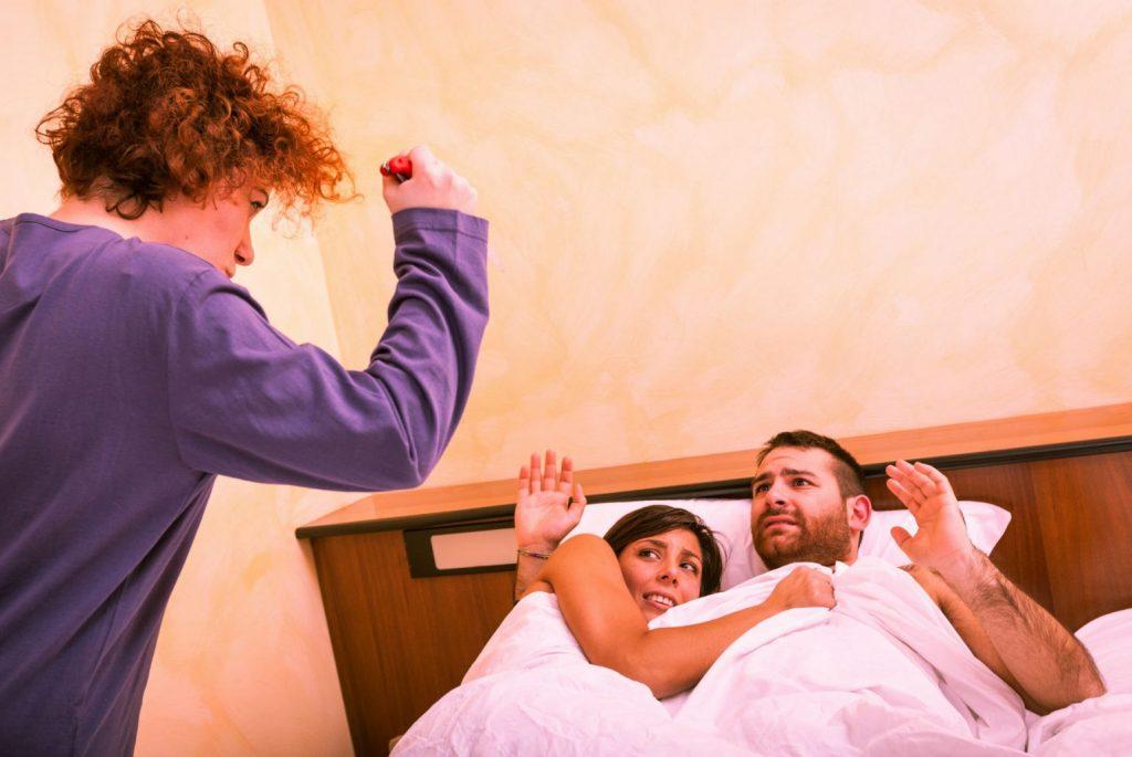 муж застукал жену с другом